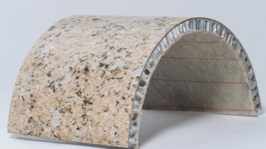 Giallo Veneziano Steinfurnier, laminiert auf einer Aluminiumwabe, Steinoberfläche poliert