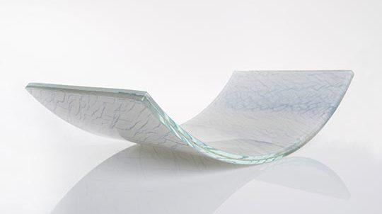 Gebogenes Glas mit Dünnstein