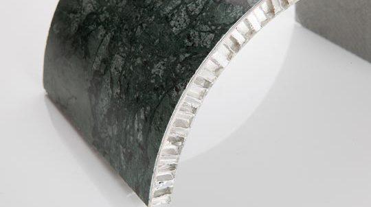 Glen Green Steinfurnier auf gebogener Aluminiumwabe, Steinoberfläche poliert