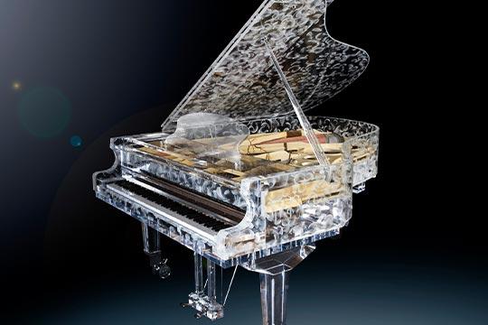 Piano aus Glas mit eingelegten Federn