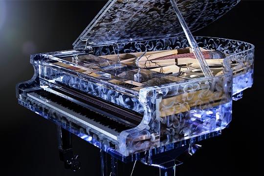 Klavier aus Glas mit Federn