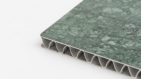 Steinfurnier auf Aluminium-Leichtbauplatte mit 2 Deckblechen und wellenförmigem Kernmaterial