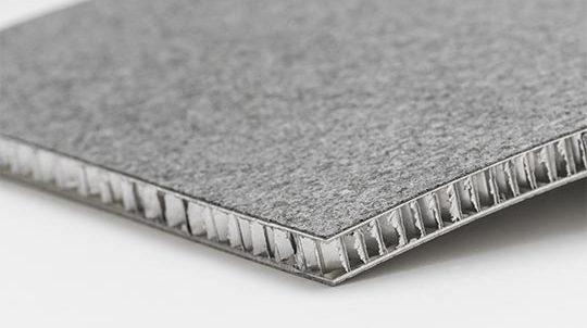Steinfurnier auf gebogener Aluminiumwabe