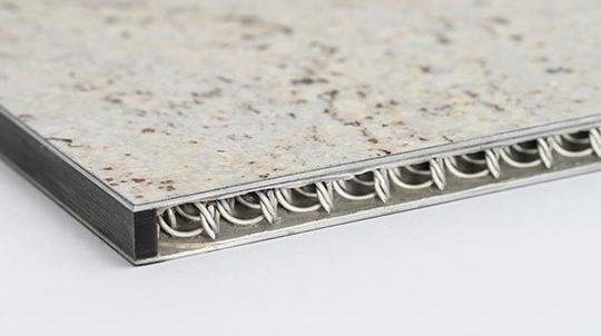 Steinfurnier auf Trägermaterial bestehend aus zwei Aluminiumplatten und dazwischenliegendem Drahtgeflecht
