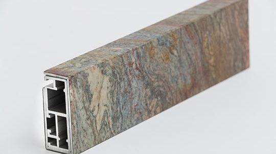 Teil eines Fensterrahmens, verkleidet mit einem Fusion Wow Steinfurnier, Oberfläche poliert