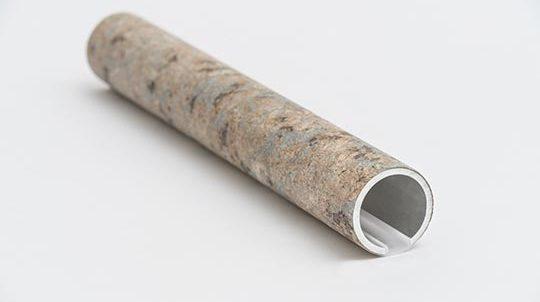 Teil eines Handlaufs, verkleidet mit einem Kashmire Gold Steinfurnier, Oberfläche roh gefräst